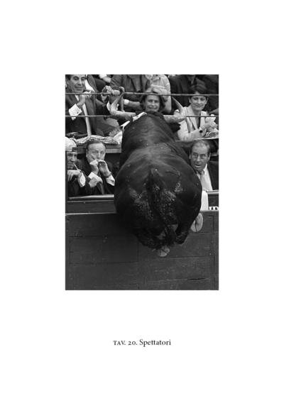 Pubblico spaventato spetta un toro in salto
