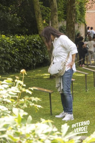 Installazione Orto invisibile Giardino Vicolo del Parchetto Ferrara Visitatrice